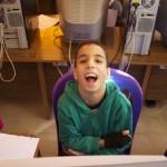 Elias freut sich über den Fotografen