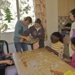 Maria, Daad und Laura Haddad helfen beim Ausstechen